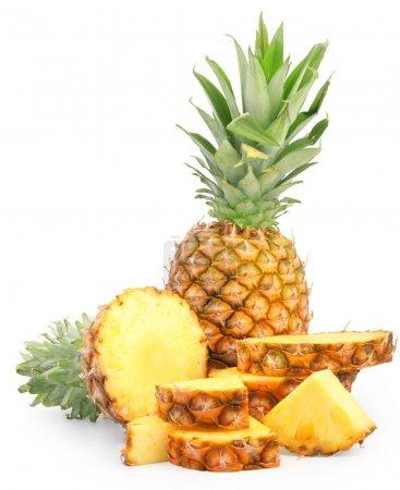 Photo pour Beaux ananas frais tranchés isolés sur blanc avec chemin de coupe - image libre de droit