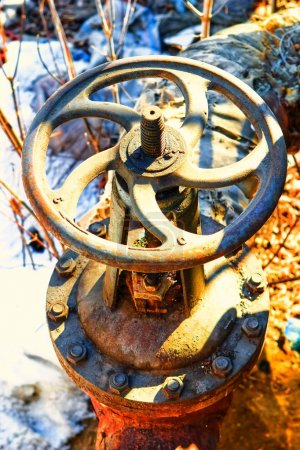 Photo pour Vieux tuyau métallique avec valve - image libre de droit