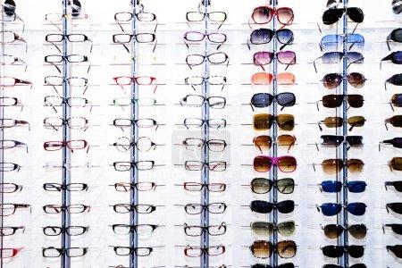 Photo pour Des étagères d'affichage de lunettes à la boutique - image libre de droit